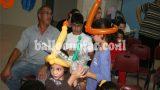 סדנת חנוכה2 - הילדים מכינים כובעי נרות מבלונים