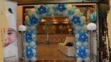 קשת פרחים כחול לבן